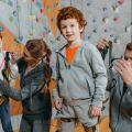 Kinder im Kletterverein mit Betreuer